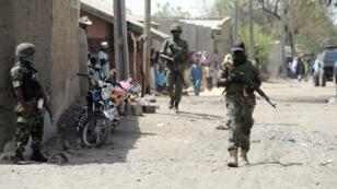 Des soldats patrouillent dans les rues de Baga, dans le nord-est du Nigeria, le 30 avril 2013.
