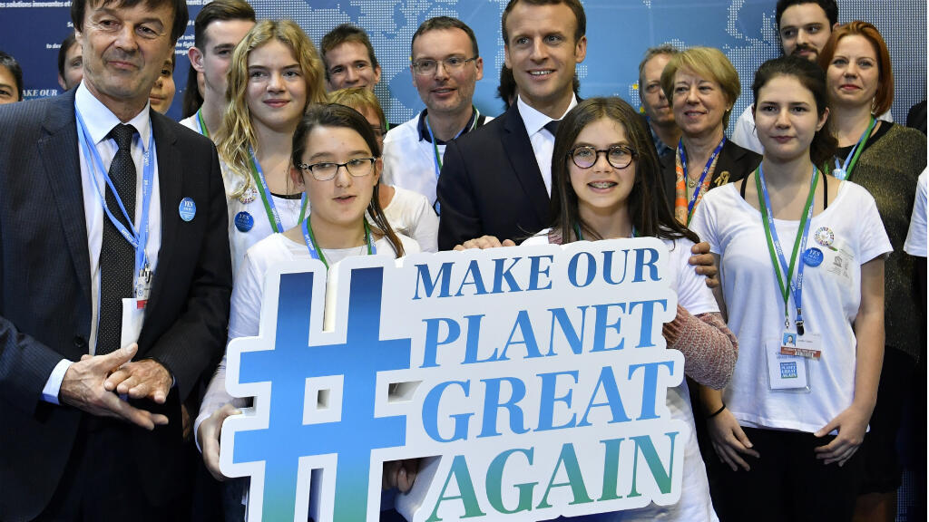 Nicolas Hulot et Emmanuel Macron posent avec des enfants lors de la réunion de la COP 23, à Bonn, le 15 novembre 2017.