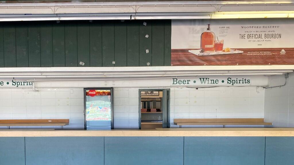Un puesto de comida se encuentra vacío en Belmont Park en Elmont, Nueva York, EE. UU., 20 de junio de 2020.