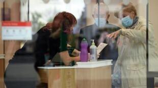 Dos clientes hablan con una encargada del banco HSBC en Liverpool, Reino Unido, el 2 de octubre de 2020