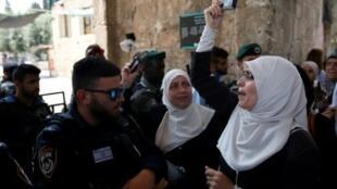 تظاهرة في مدينة القدس القديمة المحتلة أمام الجنود الإسرائيليين في 20 تموز/يوليو 2017