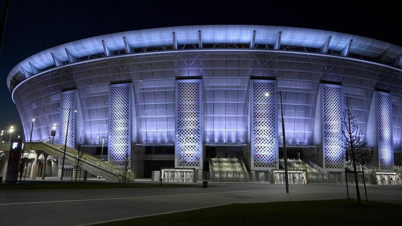 La Puskas Arena du Budapest, ici illuminée le 6 avril 2020 en l'honneur des soignants mobilisés contre le Covid-19, sera le seul stade pouvant accueillir des spectateurs à 100% de ses capacités lors de l'Euro 2021.
