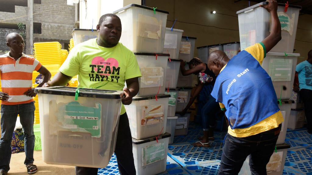 Des membres de la Commission électorale installent les urnes pour le vote du 26 décembre 2017 au Liberia.
