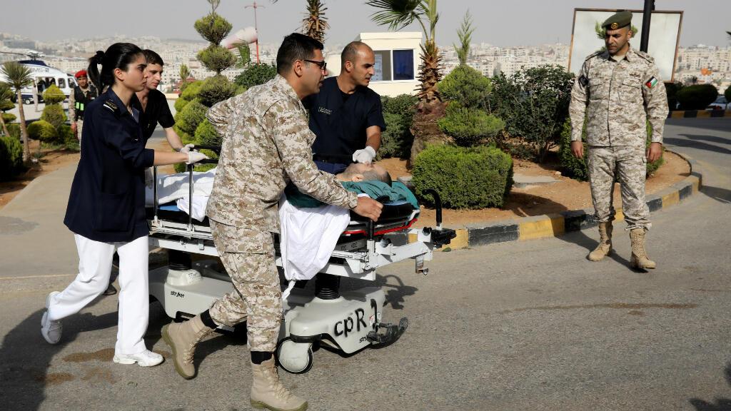 Un turista que resultó herido en el apuñalamiento es llevado de urgencia al Centro Médico Rey Hussein en Amán, Jordania, el 6 de noviembre de 2019.