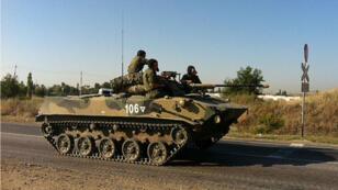 Un blindé russe près de la ville de Kamensk-Shakhtinsky, près de la frontière ukrainienne, vendredi.