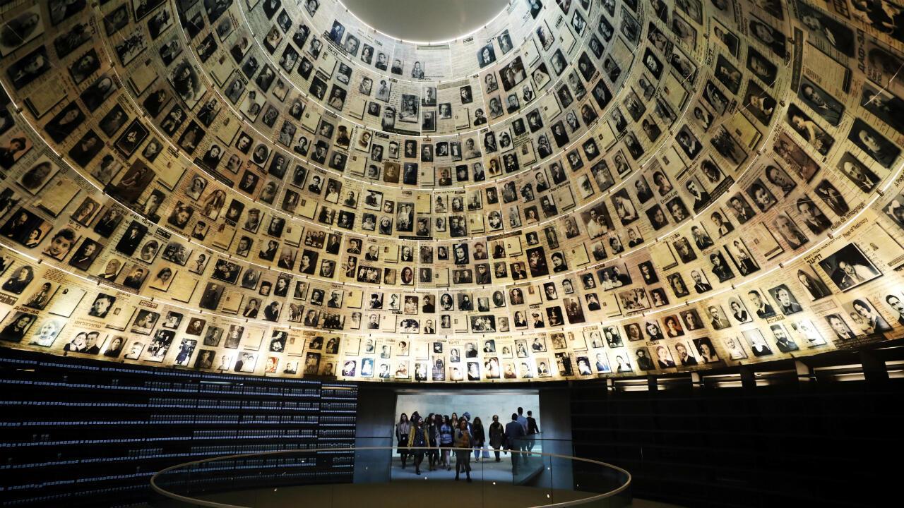 Los visitantes ingresan al Salón de los Nombres para ver fotos de judíos asesinados en el Holocausto durante una visita al Museo de Historia del Holocausto en el Centro de Recordación del Holocausto Mundial Yad Vashem en Jerusalén el 15 de enero de 2020. Los visitantes ingresan al Salón de los Nombres para ver fotos de judíos asesinados en el Holocausto durante una visita al Museo de Historia del Holocausto en el Centro de Recordación del Holocausto Mundial Yad Vashem en Jerusalén el 15 de enero de 2020.