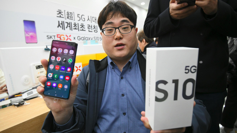 El primer cliente del teléfono Samsung Galaxy S10 compatible con 5G muestra su dispositivo en Seúl, el 5 de abril de 2019.