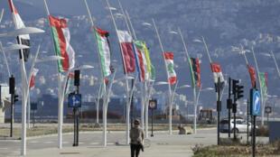 أعلام دول جامعة الدول العربية ترفرف بالقمة العربية للتنمية الاقتصادية والاجتماعية في بيروت 17 يناير 2019