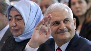 رئيس حزب العدالة والتنمية التركي الجديد بن علي يلديريم مع زوجته سميحة