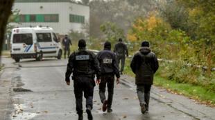 قوات الشرطة خلال مداهمتها الثلاثاء لمقر مركز الزهراء شمال فرنسا 02/10/2018