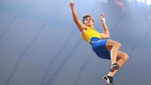 Le Suédois Armand Duplantis, âgé de seulement 20 ans, a battu le record du monde du saut à la perche grâce à un saut à 6,17 mètres, lors du meeting en salle de Torun, le 8 février 2020.