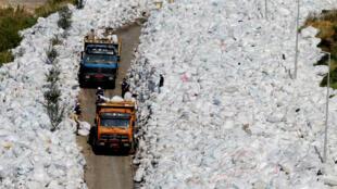 Deux décharges seront aménagées près de Beyrouth et une troisième, à Naamé, au sud de la capitale, sera rouverte pendant deux mois pour permettre l'enfouissement des déchets accumulés depuis juillet dernier.