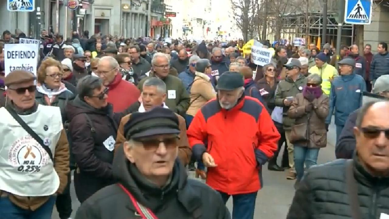 Miles de pensionados protestan para exigir mayores pagos en sus pensiones. Los taxistas se unen en apoyo a sus reclamos. Madrid, España el 2 de febrero de 2019