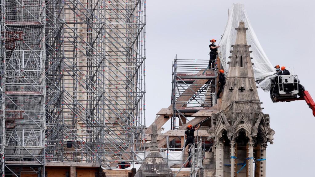 Los trabajadores se preparan para retirar los restos del techo quemado de la Catedral de Notre Dame en París, Francia, el 8 de junio de 2020.