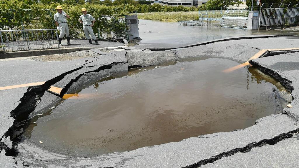Una carretera de Osaka colapsa por la ruptura de unos tubos de agua tras el terremoto de magnitud 6.1.