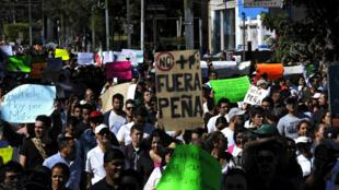Les manifestants réclament le départ du président Enrique Peña Nieto.