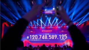 """Un écran géant montre le chiffre de vente final à la fin du """"Jour des célibataires"""", tôt le 12 novembre, après 24 heures de soldes frénétiques en Chine."""