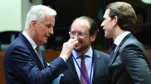 Michel Barnier (à gauche sur cette photo) a officiellement reçu le mandat de l'UE pour négocier le Brexit.