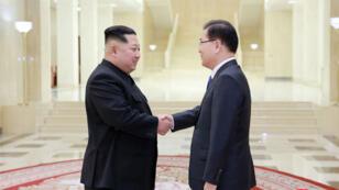 الزعيم الكوري الشمالي يصافح مستشار الأمن القومي في الجنوب خلال لقائهما في بيونغ يانغ 06 مارس 2018.