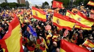 متظاهرون من انصار اليمين واليمين المتطرف في شوراع مدريد في 10 شباط/فبراير 2019 ضد رئيس الحكومة الاشتراكي بيدرو سانشيز.