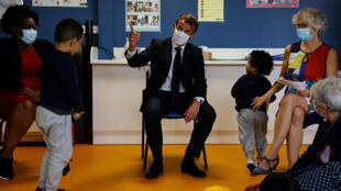 Emmanuel Macron est allé mercredi 23 septembreà la Maison de la Petite Enfance de Longjumeau (Essonne) pour y présenter le nouveau congé paternité.