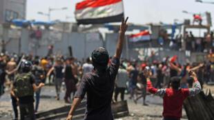 متظاهر عراقي يرفع شارة النصر خلال التظاهرات ضد الحكومة في بغداد في 10 ايار/مايو 2020.