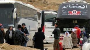 سوريون يستعدون لمغادرة بلدة عين الفيجة في منطقة وادي بردى، السبت 14 ك2/يناير 2017