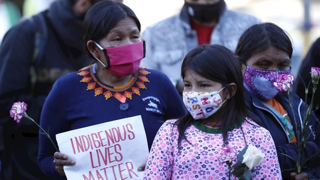 Un grupo de indígenas embera protestan para rechazar la violación de una niña de 12 años perteneciente a su comunidad este 6 de julio, en el cantón militar, en Bogotá, Colombia.