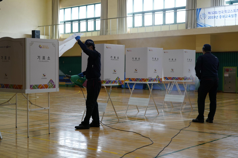 Préparation d'un bureau de vote à Séoul le 14 avril 2020.