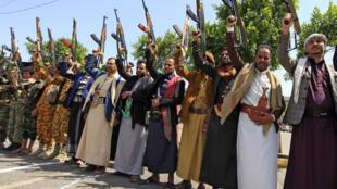 مسلحون من المتمردين الحوثيين في اليمن في العاصمة صنعاء