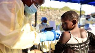 Archivo: Un trabajador de salud congoleño administra la vacuna contra el ébola a un niño en el Centro de Salud Himbi en Goma, República Democrática del Congo, 17 de julio de 2019.