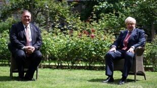 El secretario de Estado norteamericano, Mike Pompeo (izq), y el primer ministro británico, Boris Johnson, en el jardín de la residencia oficial de gobierno en el 10 de la calle Downing, en el centro de Londres, 21 de julio de 2020