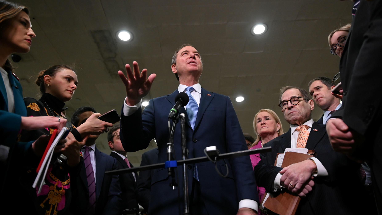 El presidente del Comité de Inteligencia de la Cámara de Representantes, Adam Schiff, ofrece una rueda de prensa en el  Capitolio de EE. UU., en Washington, el 24 de enero de 2020.