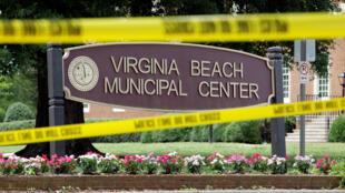 Un cordón policial rodea una de las entradas al complejo del Gobierno municipal donde ocurrió un tiroteo en Virginia Beach, Estados Unidos, el 1 de junio de 2019.