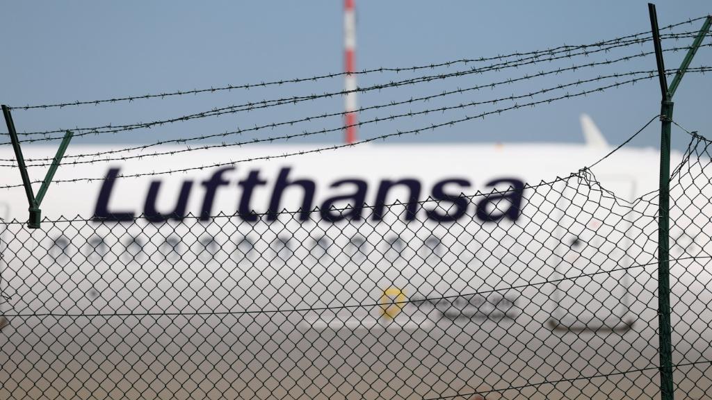 Imagen de archivo de un avión de Lufthansa estacionado en el aeropuerto de Frankfurt, en Alemania.