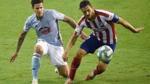 Le milieu de l'Atlético de Madrid Koke (d) marqué par l'attaquant de Celta Vigo Santi Mina, le 7 juillet 2020 à Vigo