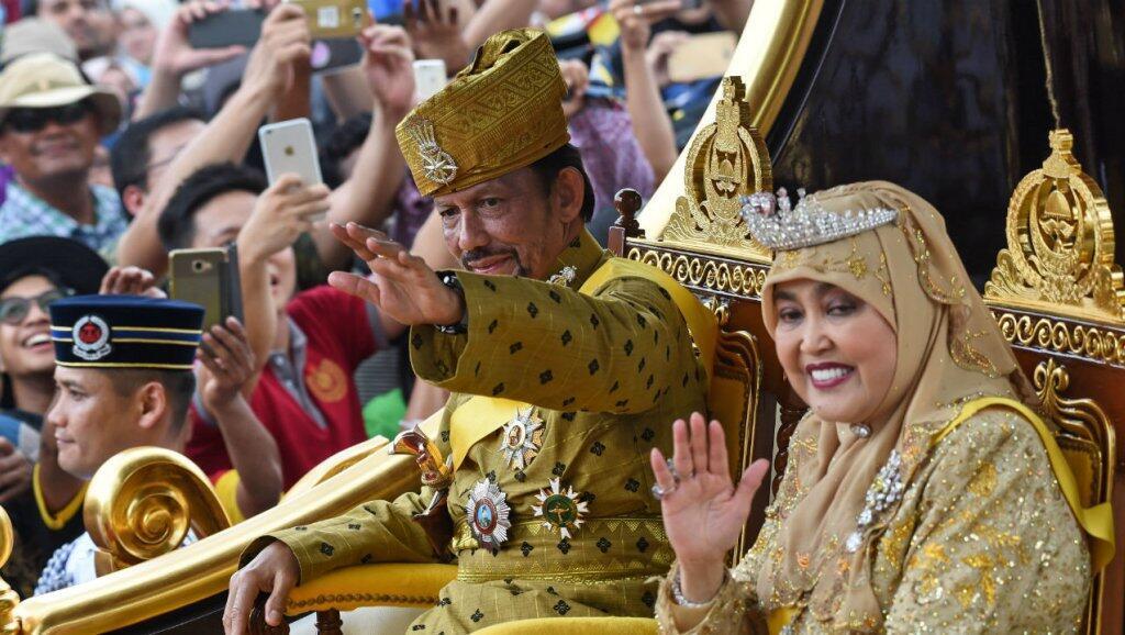 Archivo: El sultán Hassanal Bolkiah y la reina Saleha de Brunéi durante una procesión para celebrar su jubileo de oro de la adhesión al trono en Bandar Seri Begawan el 5 de octubre de 2017.