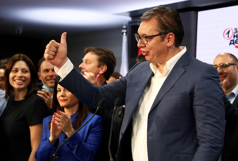 Le président serbe Aleksandar Vucic fête la victoire de son parti, le 21 juin 2020 à Belgrade.