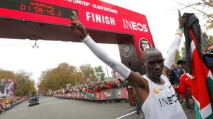كيبتشوجي يحتفل بتحقيقه الرقم القياسي العالمي في سباق الماراثون بفيينا 12 أكتوبر/تشرين الأول 2019.