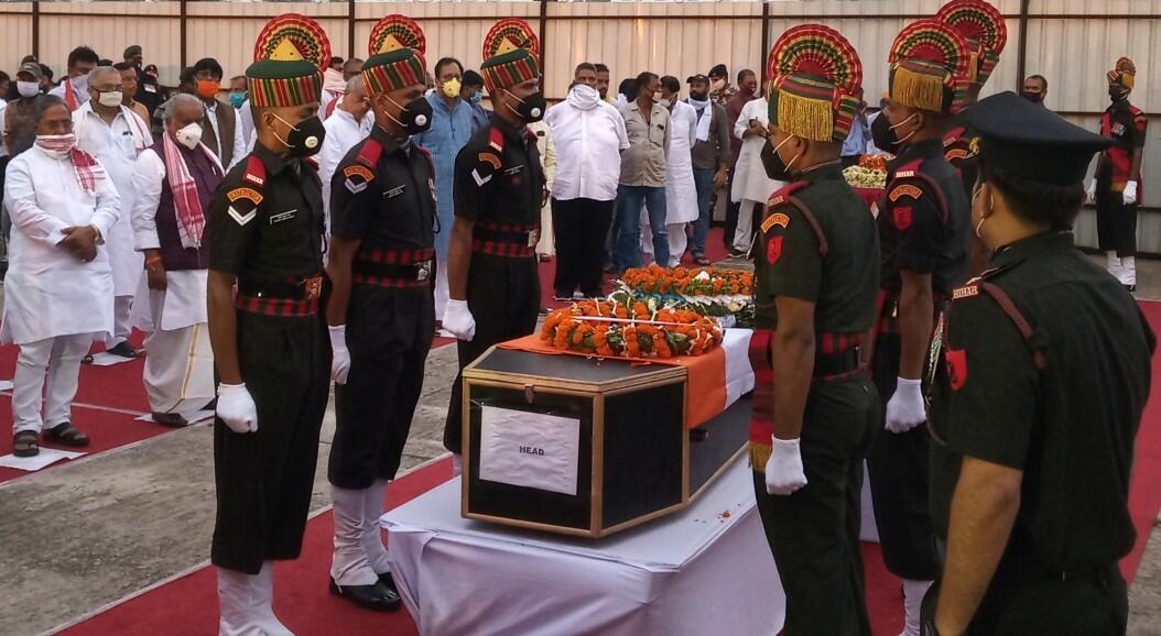 Un grupo de soldados indios rodean el féretro de uno de los militares muertos en un enfrentamiento con China, el 15 de junio. En Nueva Delhi, India, el 17 de junio de 2020.