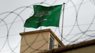 Foto de archivo de la bandera de Arabia Saudita en el consulado de Estambul, Turquía, el 13 de octubre de 2018.