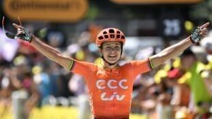 """La Néerlandaise Marianne Vos franchit la ligne d'arrivée lors de """"La Course by Le tour"""" le"""