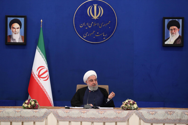 El presidente iraní, Hassan Rouhani, habla durante una reunión del gabinete, mientras continúa la propagación de la enfermedad por coronavirus (COVID-19), en Teherán, Irán, el 6 de mayo de 2020.