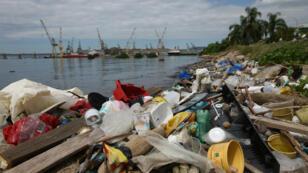 Basura acumulada en la Bahía de Guanabara en la ciudad de Río de Janeiro, Brasil, el 16 de abril de 2019.