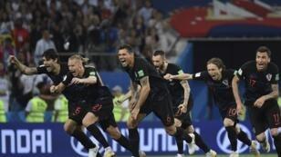 لاعبو كرواتيا يحتفلون بالفوز والتأهل أمام روسيا. 2018/07/07