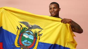 El atleta ecuatoriano Álex Quiñónez posa junto a su bandera después de la final de los 200 metros planos en el Mundial de Qatar. 1 de octubre de 2019.