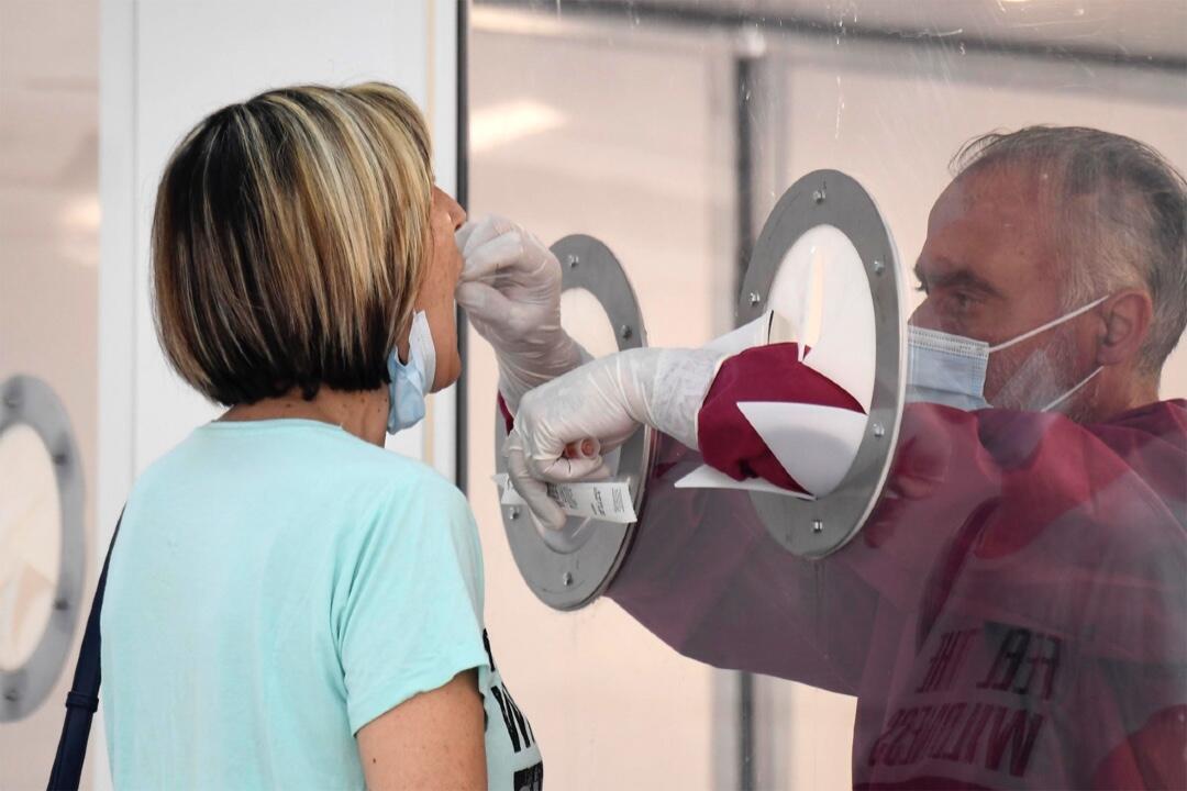 Esta foto tomada y proporcionada por la agencia de noticias italiana ANSA el 26 de junio de 2020 muestra a una ciudadana sometida a una prueba voluntaria de Covid-19 en Mondragone, sur de Italia.