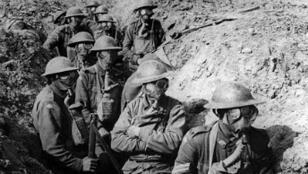 Des soldats australiens portent des masques à gaz en 1917