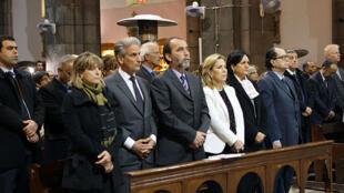 L'ambassadeur de France en Tunisie,  François Gouyette, (2e en partant de la gauche), à la messe donnée à la cathédrale de Tunis, aux côtés de plusieurs  ministres tunisiens.