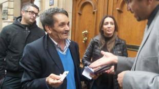 Au consulat général de Tunisie à Paris, plusieurs électeurs ont appris que leur bureau de vote avait été transféré.